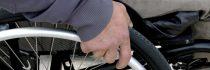 Öltöny kerekesszékes mozgássérültnek